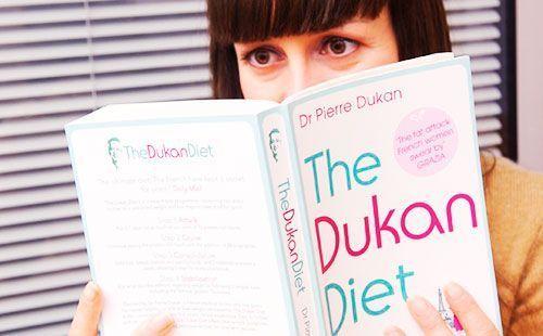 Девушка читает книгу Дюкана
