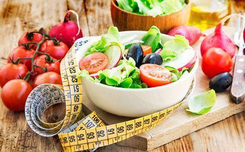 Овощной салат в белой тарелке