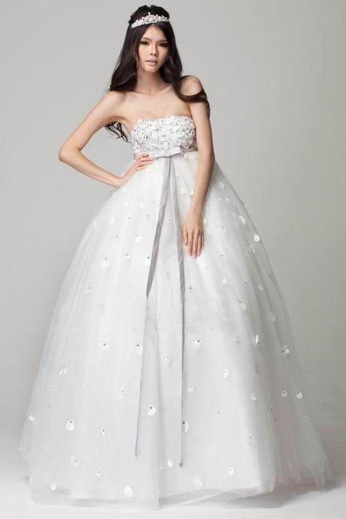Fotografije delikatna haljina s visokim strukom, naglašena traka
