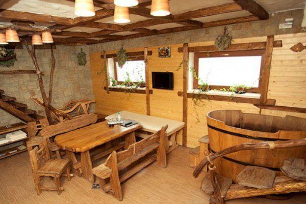 Lepo leseno pohištvo dopolnjuje prijetno vzdušje