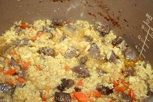 Готовая каша с мясом и овощами в чаше мультиварки