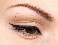 Стрелки на глазах чёрным карандашом