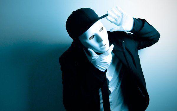 Стильный парень в белой маске