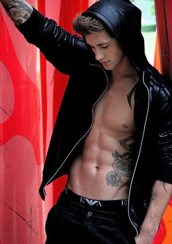 Стильный парень с татуировками