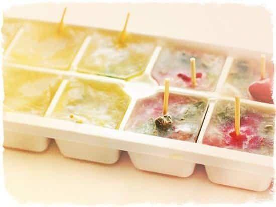 Замороженные фрукты в кубиках льда