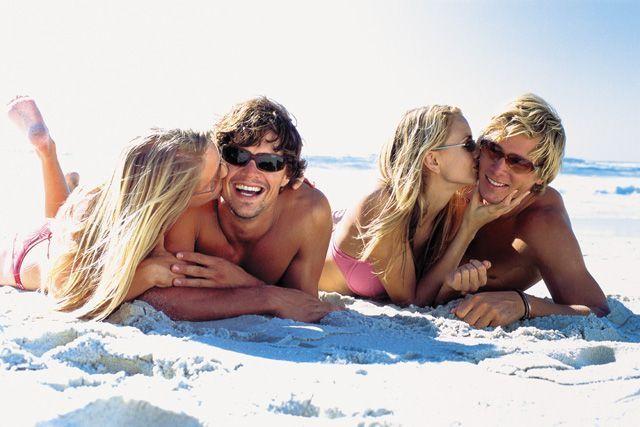 летний секс на пляже в море в бассейне