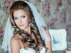 свадебная прическа с фатой и крупными локонами