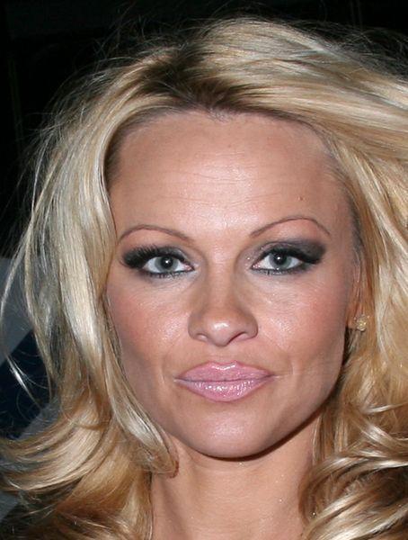 Памела Андерсон нарисовала себе искуственные брови и губы