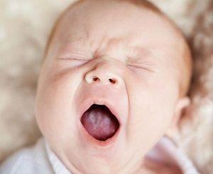 Uzrokuje bijele premaz na jeziku na bebu