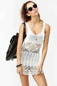 Белое пляжное вязаное платье