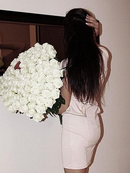 Белые розы идут брюнеткам