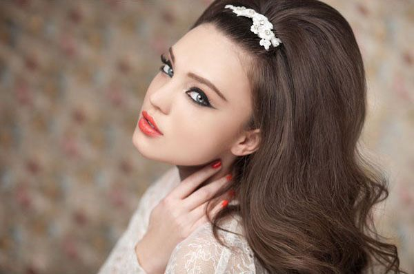 Аккуратный начес и диадема придадут романтичности образу невесты. Фото с сайта femy.ru