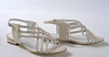 Можно отдать предпочтение удобной обуви на танкетке. Фото с сайта riamoda.ru