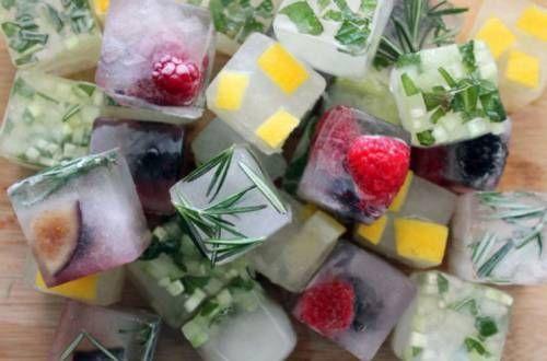 Кубики льда с ягодами и кусочками фруктов