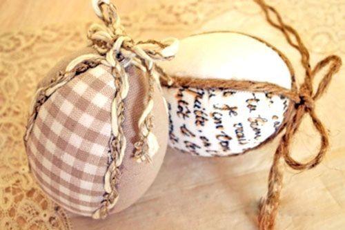 обшитые тканью яйца, украшенные тесьмой