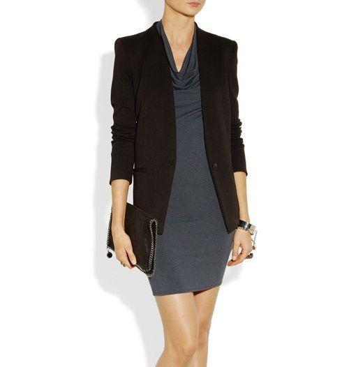 Kombinacija sive haljinu sa crnu jaknu