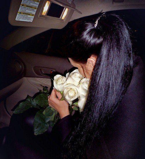 Кожаный салон и белые розы секрет эффектной аватарки