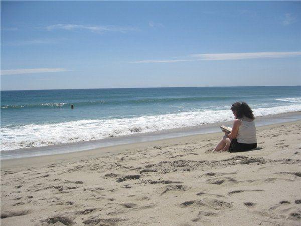 С книгой на пляже выбор интеллектуальных брюнеток